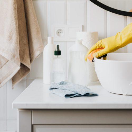 humain qui lave un lavabo