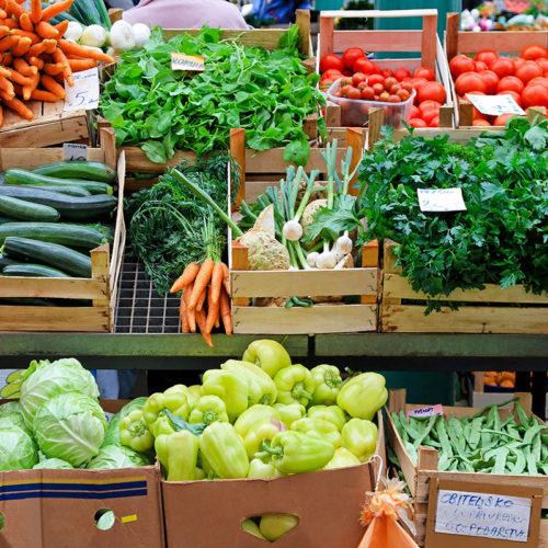 étale de fruits et légumes bio