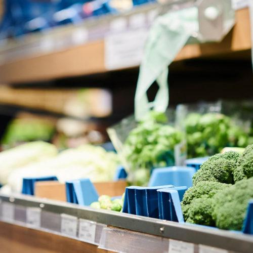 rayon de supermarché avec des légumes bio