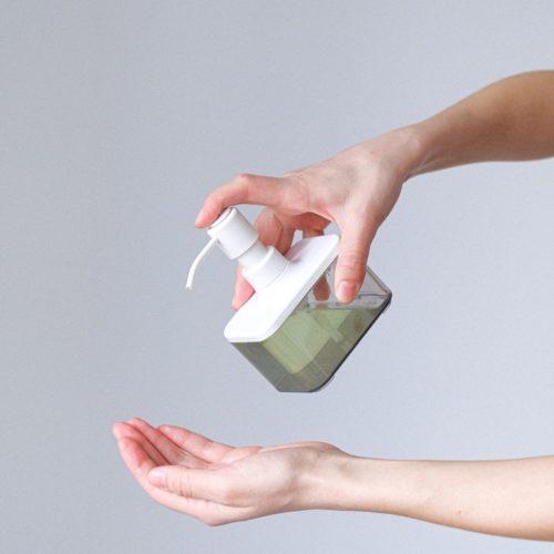 savon bio tennu dans des mains