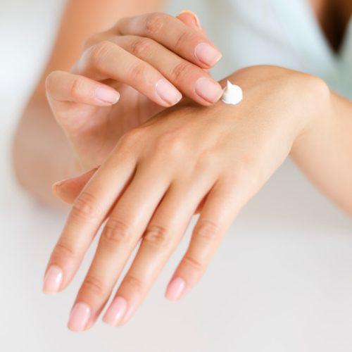 crème sur une main